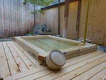 檜の露天風呂は岩風呂より少し熱めです