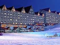 ホテルの目の前は白銀に染まるスキー場!ゲレンデ側の客室からゲレンデも見れちゃいます☆