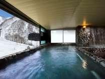 奥白馬温泉の大浴場は、ご宿泊者様ならチェックイン前後の入浴が可能!展望岩風呂からはゲレンデを一望!