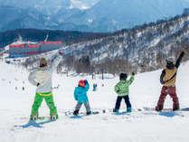 ファミリープランならお子様半額!家族で春スキー♪赤い屋根が目印ではぐれても安心