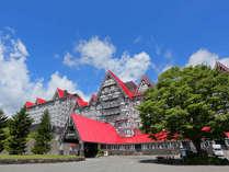 青空と赤い屋根のコントラストが印象的な夏のホテルグリーンプラザ白馬★