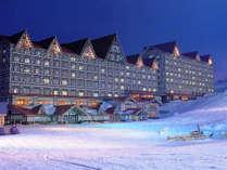 ホテルの目の前は白銀に染まるスキー場!ゲレンデ側の客室からは幻想的な夜景も楽しめます