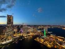 ロビーから横浜の夜景を大きく望めます。