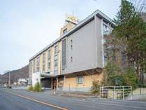 〈外観〉JR仙山線作並駅より徒歩約5分。とてもアクセスが良好な立地となります。