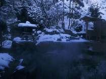 12月末~3月中旬までは、天候次第で雪見露天風呂になることも。寒さを感じさせない温泉で贅沢なひと時を。