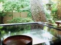 『松風庵』松涛の間(103号室)の露天風呂。お風呂からは松の古木と庭園を望みます。