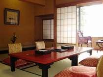 本館・標準客室の一例。全室10畳(以上)+踏込み、バス・トイレ付の純和風のお部屋です。