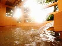 『松風庵』松径の間(106号室)の露天風呂。手の届きそうな所に木々が生い茂る自然に囲まれたお部屋です。