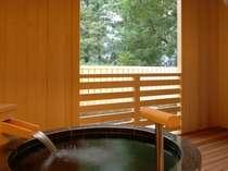 『松風庵』松声の間(102号室)の露天風呂。円形の浴槽からは、木々や坪庭を望みます。