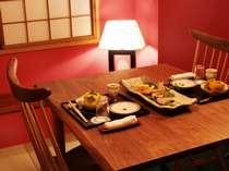 『松風庵』松声の間(102号室)の副室:ダイニング。人気デザイナー作の家具でお食事をどうぞ。