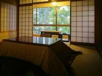 『松風庵』松緑の間(105号室)の冬の本間。こちらのお部屋では冬はこたつをご用意致します。