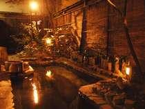 3階の露天風呂。源泉掛け流しの純生の温泉で日頃のお疲れをお癒し下さい。