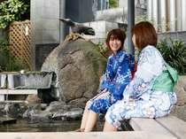 山代温泉街の中心部にある「源泉公園」の足湯。屋根があるので雨の日でも安心です。