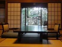 『松風庵』松涛の間(103号室)の本間。四季折々で表情を変える庭園を純和風のお部屋でお楽しみ下さい。