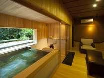 源泉貸切風呂『和楽』。ソファセットやテレビなども備えた寛ぎスペースもある贅沢な空間です。