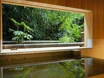 源泉貸切風呂『和楽』。額縁のような窓の向こうには四季折々の色彩が広がります。