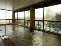 3階の大浴場。開湯1300年の歴史を誇る名湯「山代温泉」でも随一の源泉量をいかした上質の温泉です。
