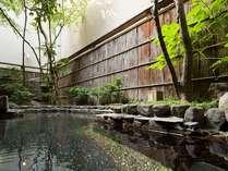 3階の露天風呂。落ち着いた雰囲気が心を空にしてくれる石造りの露天風呂です。