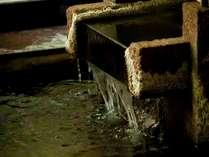 1階大浴場の湯口。滔々と流れ出る温泉は1300年受け継がれた名湯「山代温泉」の湯。