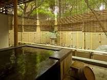 『松風庵』松籟の間(101号室)の露天風呂。湯船に身を浸し坪庭を眺めれば身体も心も温まります。