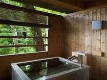 『松風庵』松径の間(106号室)の露天風呂。木々から漂うマイナスイオンと純生の温泉をお楽しみ下さい。