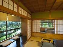 『松風庵』松径の間(106号室)の本間。緑に囲まれた心落ち着くお部屋です。