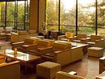 森の中にある当館ならではの眺め。大きな窓のロビーでコーヒーをどうぞ。