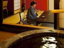『松風庵』松声の間(102号室)の本間。お食事とお風呂の後には、伝統の貴賓室でまったりと・・・。