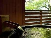 『松風庵』松声の間(102号室)の露天風呂。緑が映える幻想的なお風呂で朝湯をどうぞ。