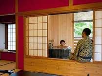 『松風庵』松声の間(102号室)の本間。気兼ねせず二人だけで楽しむ湯浴みの時間。