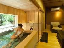 源泉貸切風呂『和楽』。外から吹き込んでくるマイナスイオンたっぷりの空気を浴びてリフレッシュ!