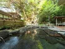 1階の露天風呂。自然に囲まれた源泉かけ流しの露天風呂でごゆっくりとお寛ぎ下さいませ。