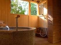 『松風庵』松緑の間(105号室)の露天風呂。木漏れ日が射す優しい空間は開放的すぎず落ち着いた佇まい。
