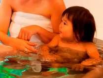 温泉に入って気持ち良さそうに寛ぐ赤ちゃん。源泉かけ流し貸し切り風呂『和楽』