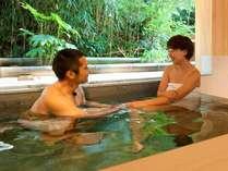 源泉貸切風呂『和楽』。寛ぎスペースも備わった贅沢な空間で、誰にも気兼ねせずふたりだけで楽しむ湯浴み。