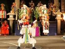 山代大田楽のワンシーン(湯がけ番楽のシーン)。幻想的な雰囲気の中で踊り手たちが舞い踊ります。