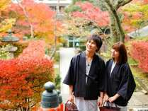温泉街の秋の風景。薬王院温泉寺は山代温泉一の紅葉スポットです。