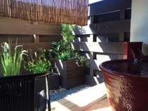 温泉露天風呂付き客室『孔雀殿・彩』の坪庭と露天風呂。