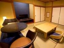 温泉露天風呂付き客室『孔雀殿・彩』のお部屋一例。お部屋に紺青が散りばめられたお部屋です。