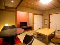温泉露天風呂付き客室『孔雀殿・彩』のお部屋一例。お部屋に赤が散りばめられたお部屋です。