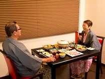 個室お食事処『和味(なごみ)』。テーブル・椅子席の落ち着いた雰囲気のお食事処です。