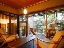 ~松風庵 『松涛の間』~ 客室に合わせてデザインされたソファにかけて、ごゆっくりとお寛ぎ頂けます。