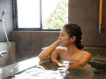 ~『把楽』PARA 孔雀殿~ 石造りの湯船には、源泉かけ流しをお届け。温泉を独り占めできる贅沢。