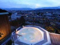 ≪ジャグジー露天風呂≫刻々と変わる北アルプスと松本市街が一望できます。
