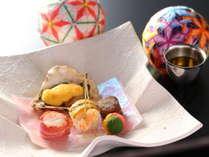 ≪前菜≫牡蠣の殻焼き、百合根茶巾、牛八幡巻など、見て食べて愉しめる一品。冬の一例。