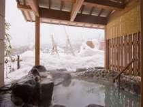 一面の雪景色を温泉に浸かりながらひとりじめ♪