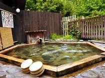 開放感ある「鶴亀の湯」の露天風呂(亀甲ひのき風呂)。時間で男女入替。