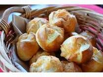 チーズが上にトロリの米粉パン。高山製粉という諏訪の製粉会社の粉を使用。
