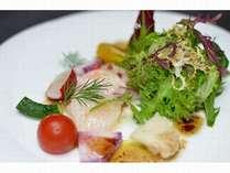 帆立貝柱のカルパッチョ、新鮮な地元産の野菜と一緒に。ジワッと甘みを感じ取れる美味しさ。