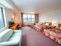 窓が2つあり開放的な海側角部屋47平米。お部屋数限定の贅沢な空間でお寛ぎくださいませ。